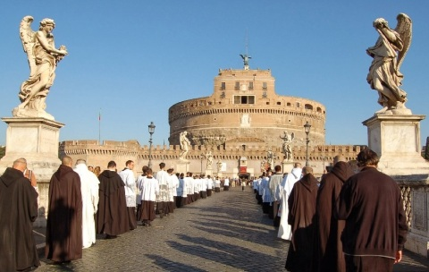 La processione del pellegrinaggio 2013 attraversa Ponte Sant'Angelo.